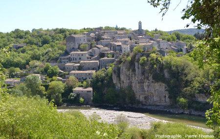 Le village de Balazuc qui domine la rivière Ardèche