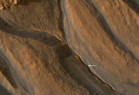 MRO / HIRISE : gros plan de gullies sur le flanc d'un cratère martien