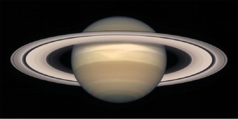 Saturne vu depuis l'orbite terrestre (en 1998) par le Télescope Spatial Hubble