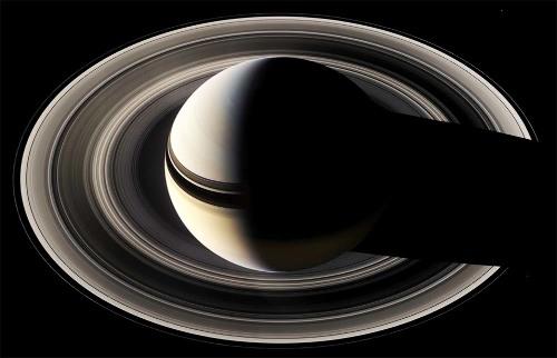 Saturne photographié en mai 2007 par Cassini, qui était situé largement au-dessus du plan des anneaux et du plan de l'écliptique