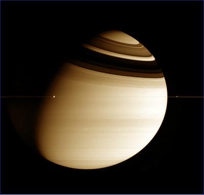Saturne et ses anneaux photographiés alors que Cassini se trouve dans le plan équatorial, février 2005