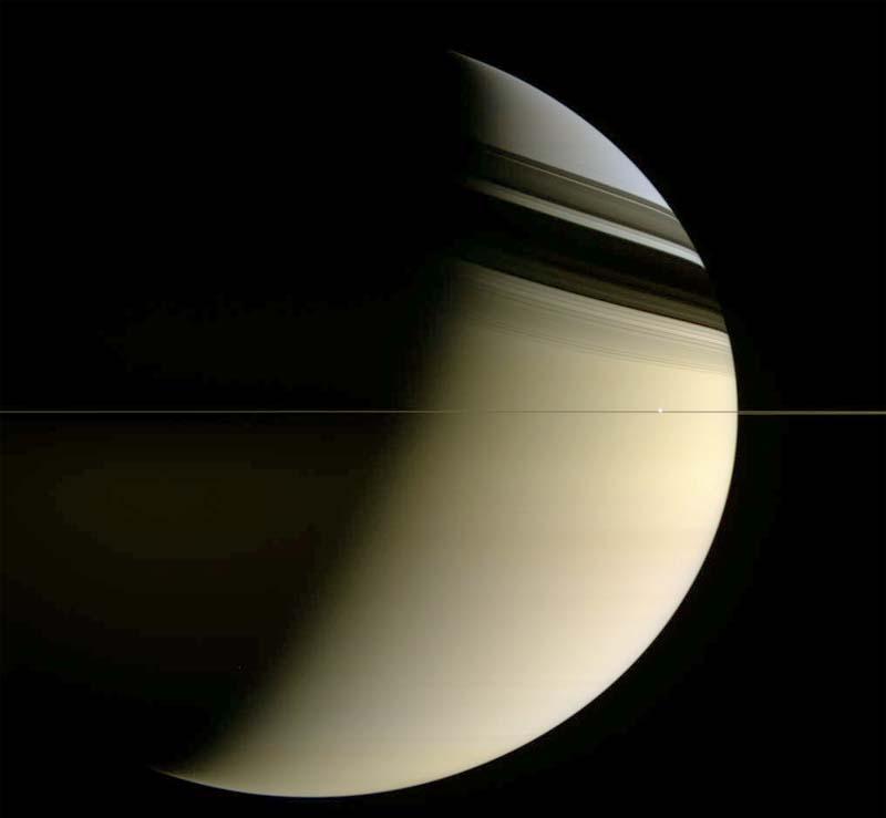 Saturne et ses anneaux photographiés en mars 2006 alors que Cassini se trouve dans le plan équatorial