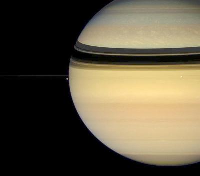 Image de Saturne prise du plan équatorial, en juillet 2007, alors qu'on n'était plus qu'à 2 ans (terriens) de l'équinoxe
