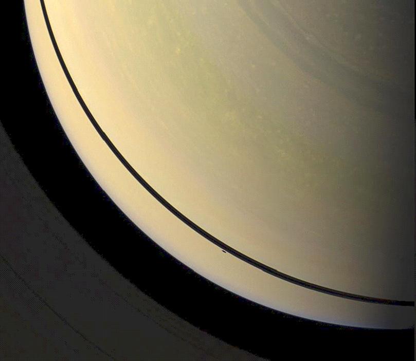 Saturne en avril 2009, 4 mois avant l'équinoxe, alors que Cassini se trouvait largement au-dessus du plan des anneaux