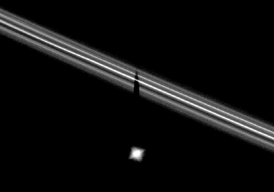 Ombre de Pandore sur l'anneau F de Saturne