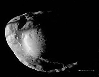Ombre de l'anneau F (double trait noir) qui raye le haut de Prométhée, satellite de Saturne