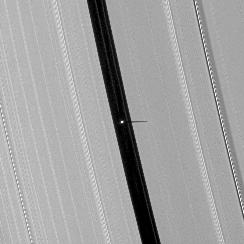 Ombre de Pan, satellite de Saturne, sur l'anneau A