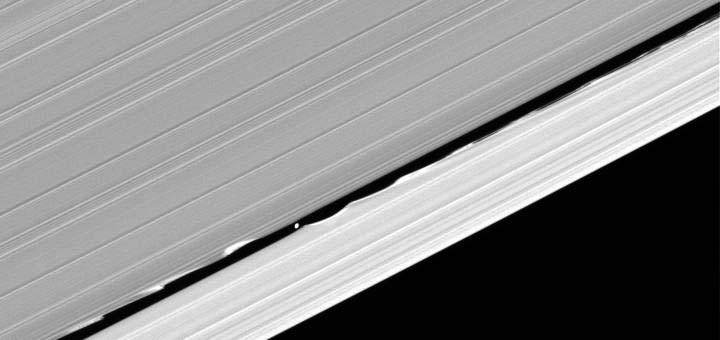 Daphnis, petit satellite de Saturne, interne à la division de Keeler