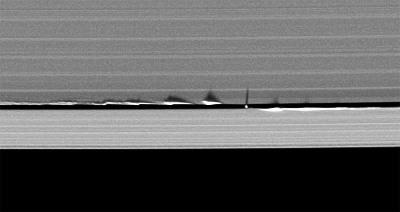 Daphnis, satellite de Saturne, dans la division de Keeler prise le 11 juin 2009, 2mois avant l'équinoxe