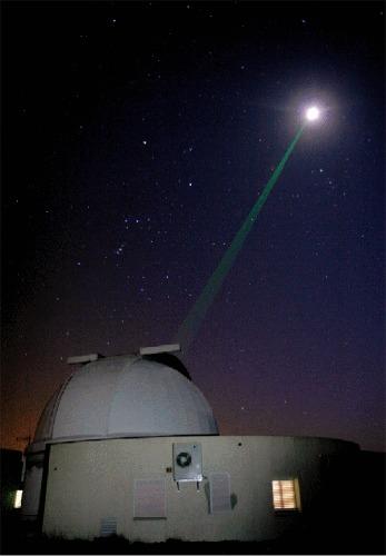 Tir laser en direction de la Lune depuis l'observatoire du plateau de Calern (Alpes Maritimes)