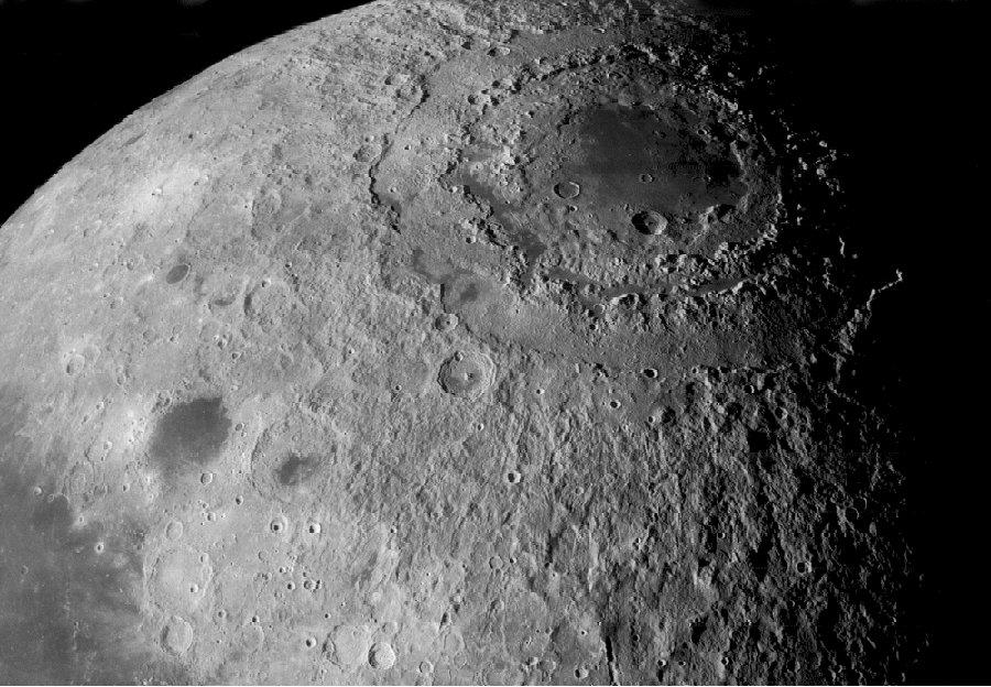 Le bassin de la Mare orientale sur la Lune (diamètre de 950km)