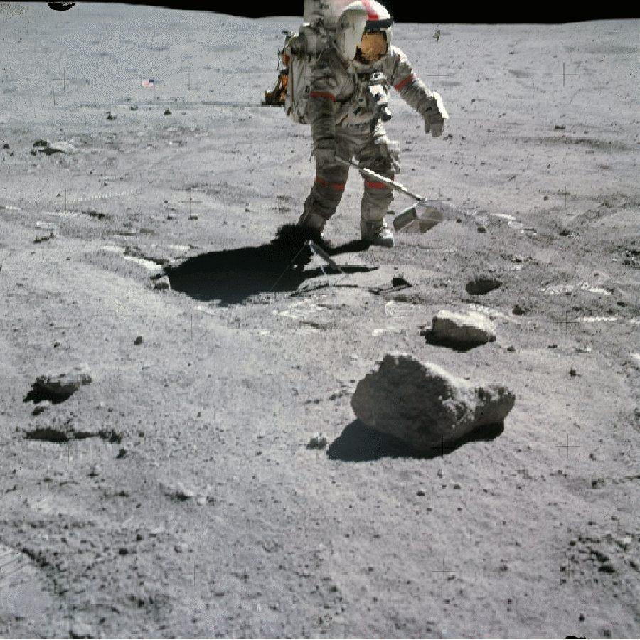 Récolte d'échantillons lunaires par John Young, de la mission Apollo 16