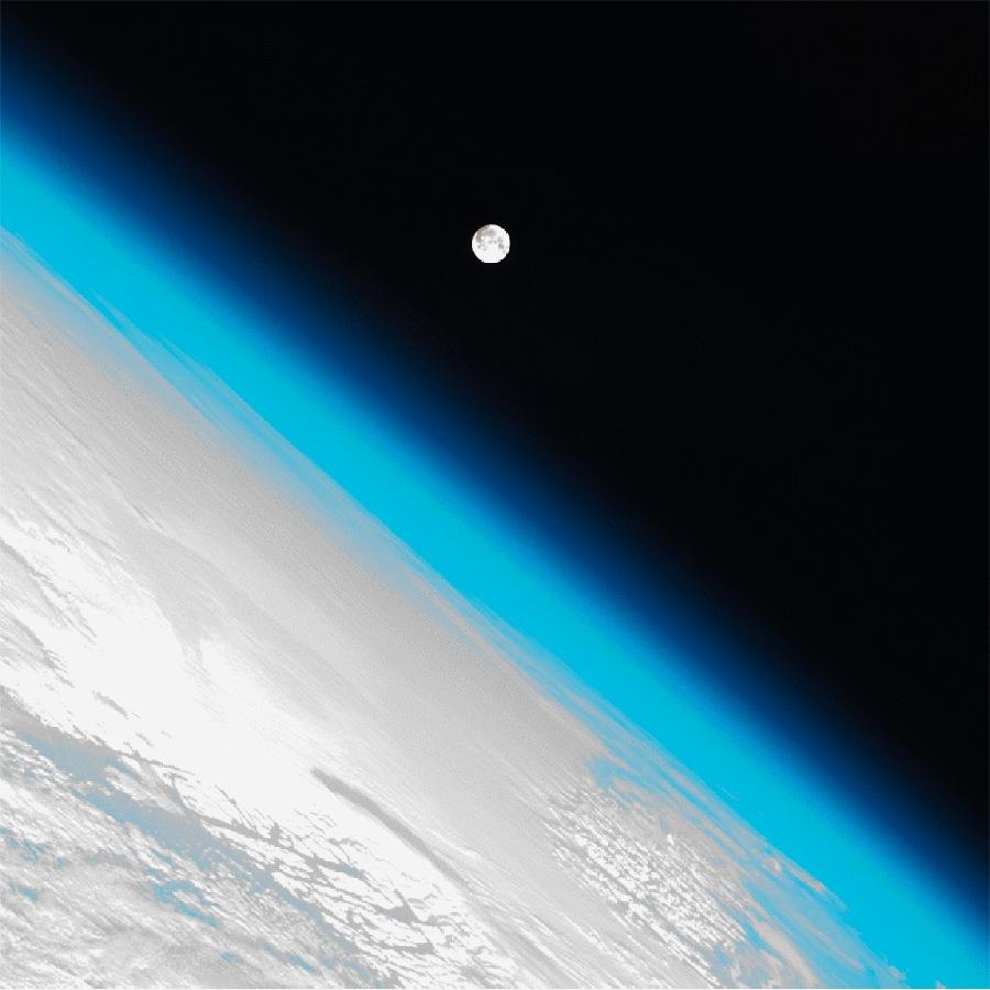La lune au-dessus de l'atmosphère terrestre photographiée depuis l'ISS le 8 janvier 2012
