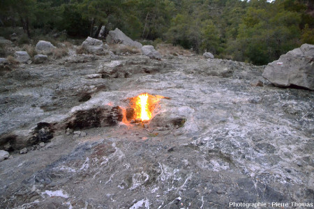 Dégagement enflammé d'un mélange de méthane, éthane, propane et dihydrogène sortant d'un sol de serpentine dans le sud de la Turquie