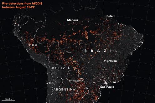 Image nocturne montrant sous forme de points ou de taches oranges l'ensemble des incendies en Amazonie entre les 15 et 22 aout 2019