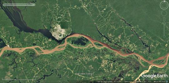 Vue aérienne du confluent entre le Rio Negro (venant du Nord-Ouest) et l'Amazone qui coule d'Ouest en Est au niveau de Manaus (Brésil)