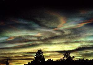Photographie de nuages stratosphériques polaires (Polar Stratospheric Clouds ou PSC), prise le 26 janvier 2000 à Kiruna, Suède