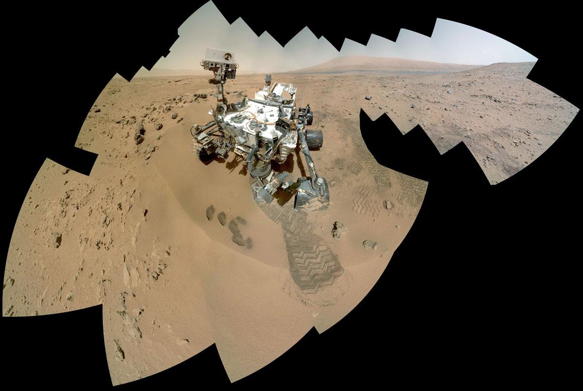 Autoportrait de Curiosity sur le site nommé Rocknest (31 octobre – 1er novembre 2012)