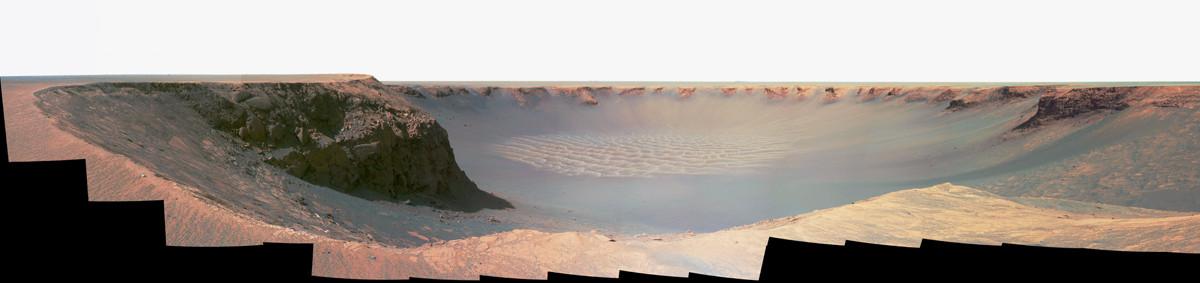 Au bord du cratère Victoria, d'un diamètre d'environ 800m pour une profondeur de 70m (octobre-novembre 2006)