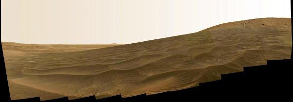 Champ de dune au pied des Columbia Hills, photographié en se dirigeant vers Home Plate (30 décembre 2005 – 1er janvier 2006)