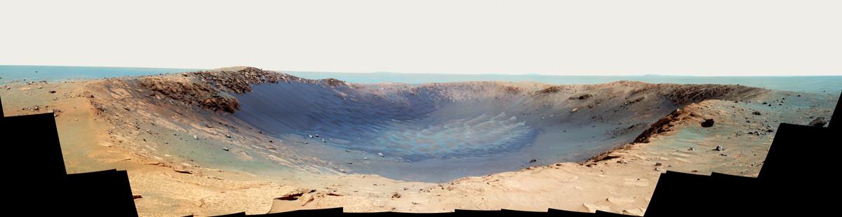 Le cratère Santa Maria (90m de diamètre) dans la plaine entre les cratères Victoria et Endeavour (18-19 décembre 2010)