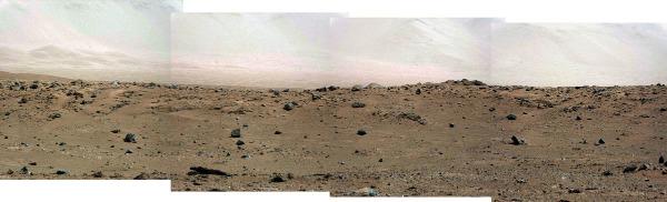 Le plancher du cratère Gale, au premier plan, et ses montagnes bordières en arrière-plan, montagnes «noyées» dans la brume martienne ( 5 septembre 2013)
