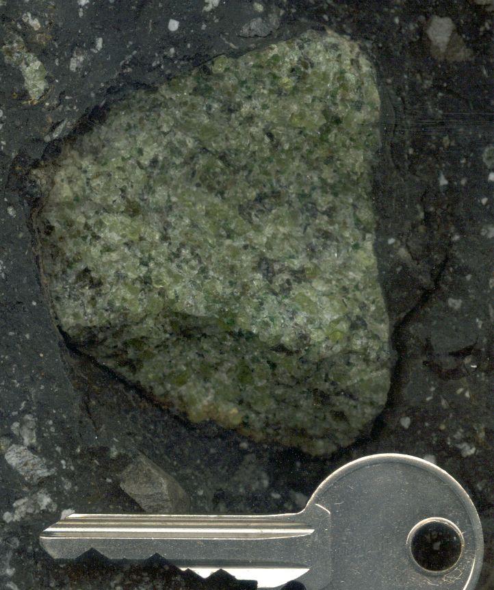 Enclave de pérodotite dans un basalte, maar de Borée (Ardèche)