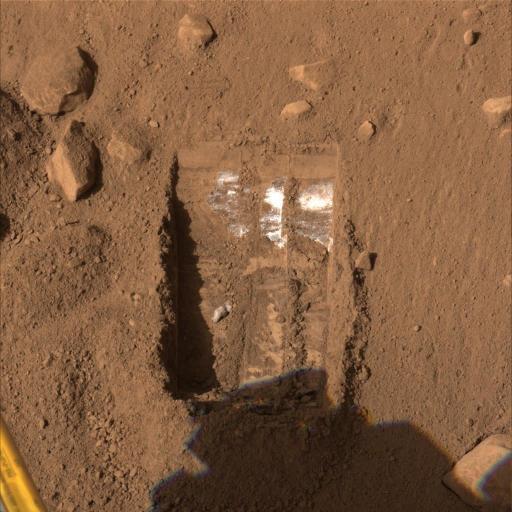 """L'ensemble """"Dodo-Goldilocks"""" et sa mystérieuse substance blanche affleurant sous quelques cm de sol pulvérulent orangé, Phoenix (Mars)"""