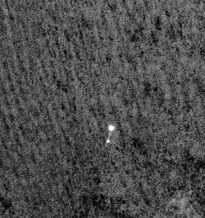Phoenix descendant au bout de son parachute photographié avec la caméra haute résolution (HIRISE) de Mars Reconnaissance Orbiter