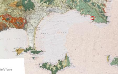 Localisation de la plage de Cabasson sur fond de carte géologique, sur le littoral varois (cercle rouge)
