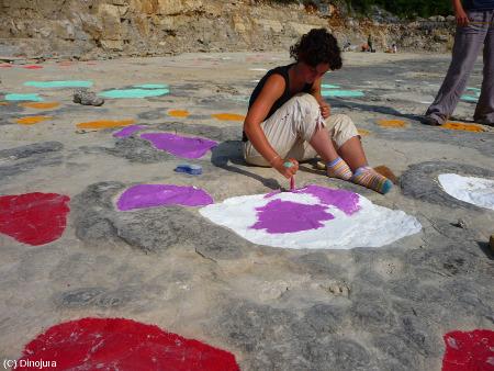 Marquage à la peinture des différentes pistes lors des fouilles du site de Loulle (Jura)