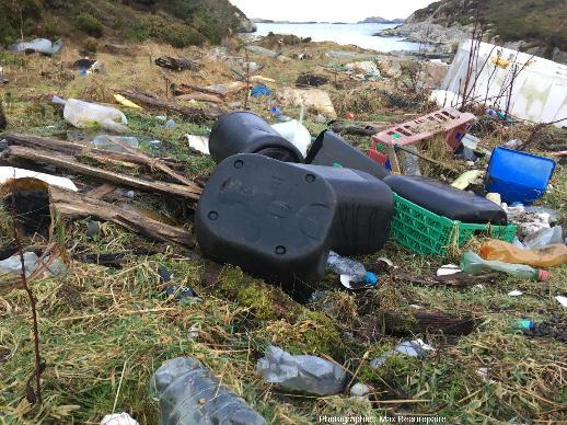 Plastic Bay, baie jonchée de déchets, essentiellement plastiques, apportés par la mer, ile de Lyngøyna, Norvège