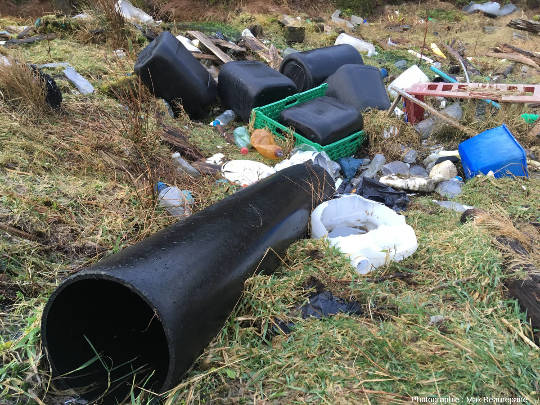 Déchets plastiques de grande taille apportés par la mer, ile de Lyngøyna, Norvège