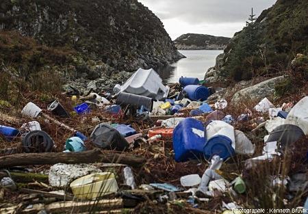 Exemple d'une autre Plastic Bay, sur la plus grande ile de Sotra, Norvège