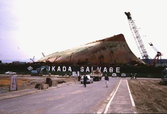 La partie avant du Nakhodka ramenée à terre après allègement (1997)
