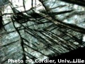 Vue au microscope, dans une cellule à enclume diamant, de Mg pérovskite