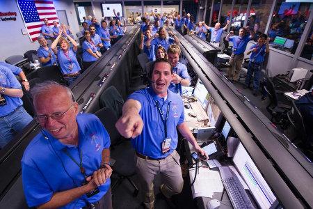 Explosion de joie de l'équipe de Mars Science Laboratory à l'annonce du succès de l'atterrissage de Curiosity