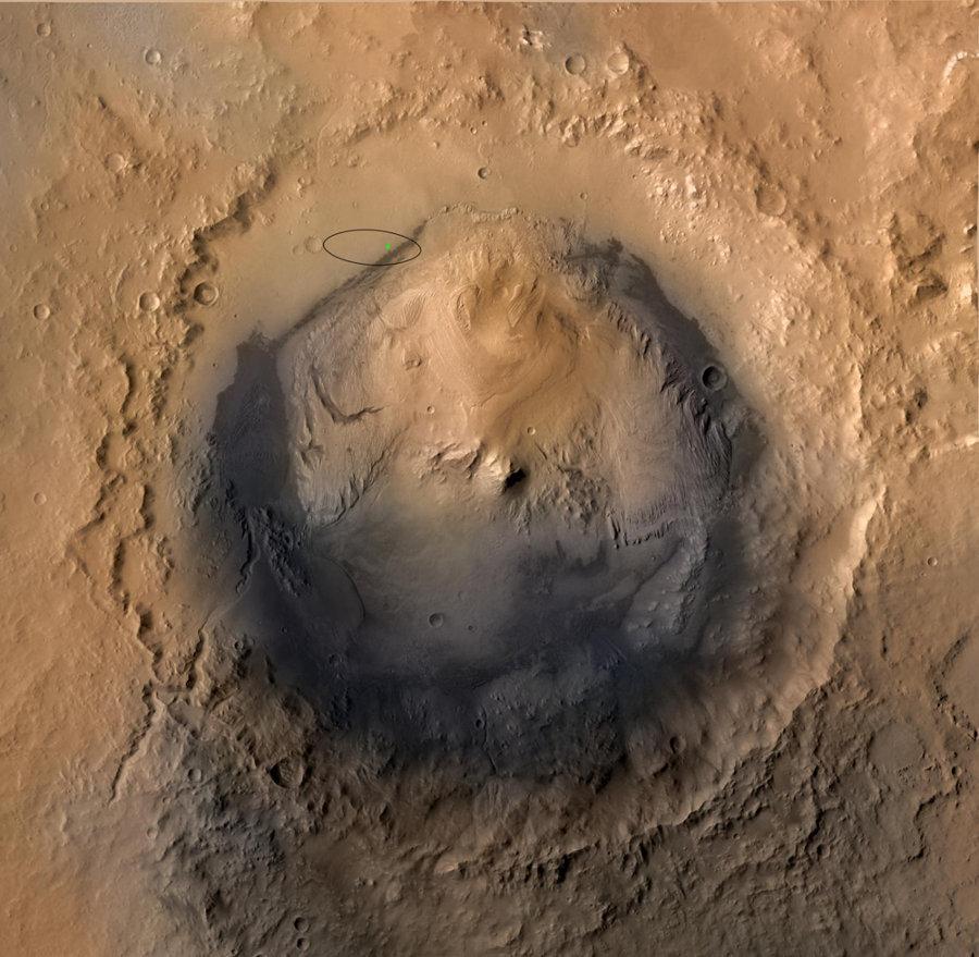 image verticale du cratère Gale, ellipse où était prévu l'atterrissage et point (vert) localisant exactement le site d'atterrissage de Curiosity