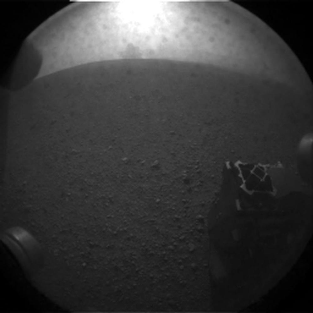 Première image transmise par Curiosity, prise par une des hazcams arrière