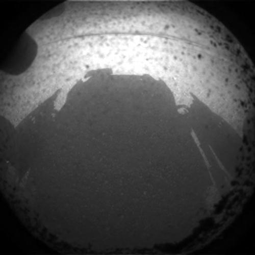 Deuxième image transmise par Curiosity, prise par une des hazcams avant