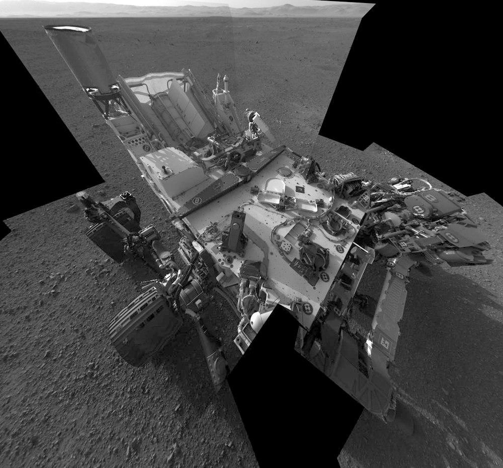 L'un des auto-portraits de Curiosity mis en ligne par la NASA, mosaïque de dizaines d'images prises par certaines caméras du mat
