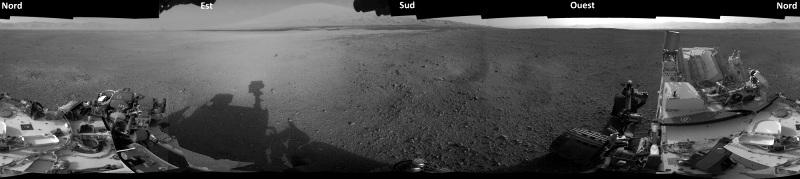 """Une mosaïque """"artisanale"""" en """"noir et blanc"""" de 360° autour de Curiosity"""