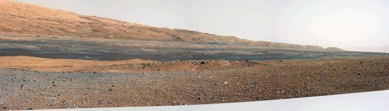 Mosaïque artisanale à grand champ faite à partir des images brutes, prises en direction du Sud et montrant la base Nord-Ouest du Mont Sharp, objectif principal de Curiosity