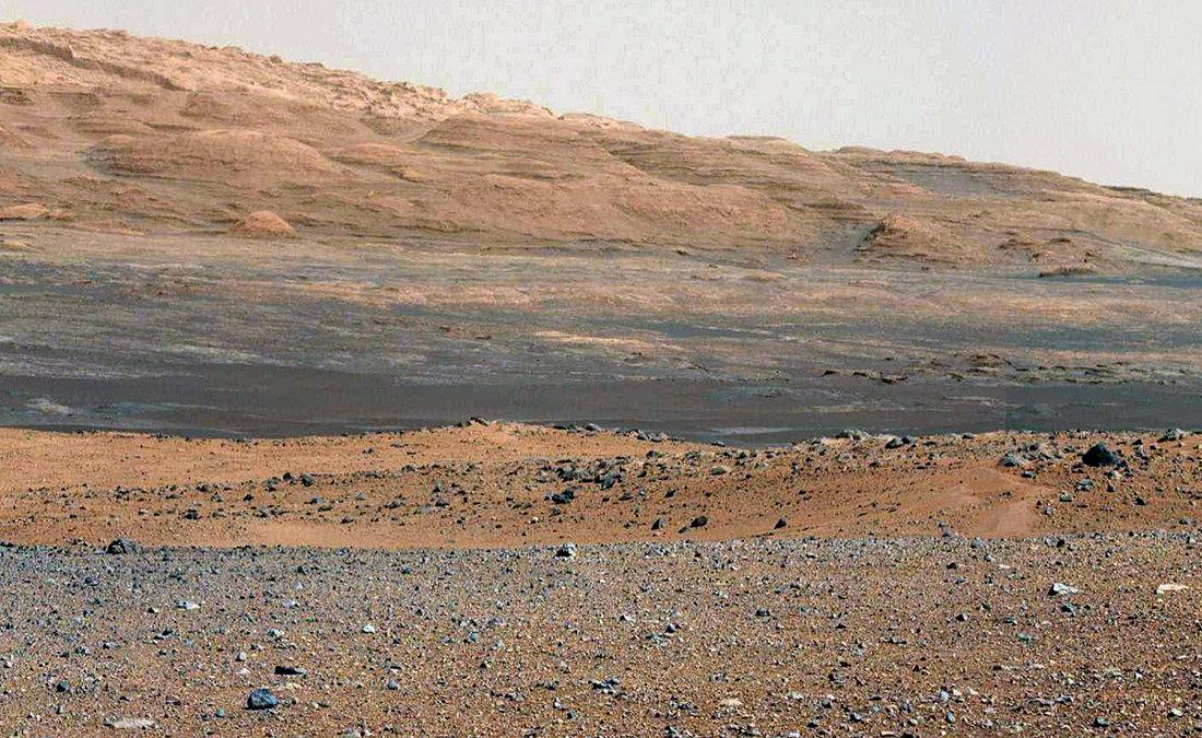 Autre mosaïque artisanale plus détaillée faite à partir des images brutes, prises en direction du Sud et montrant la base Nord-Ouest du Mont Sharp, objectif principal de Curiosity