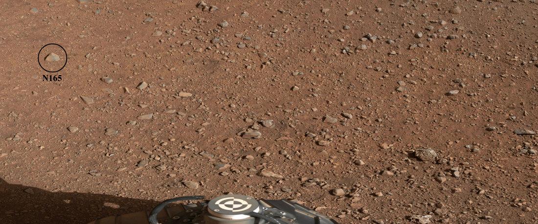 """Vue générale du rocher provisoirement nommé N165 et qui va servir de première cible à la caméra """"chimique"""" Chemcam"""