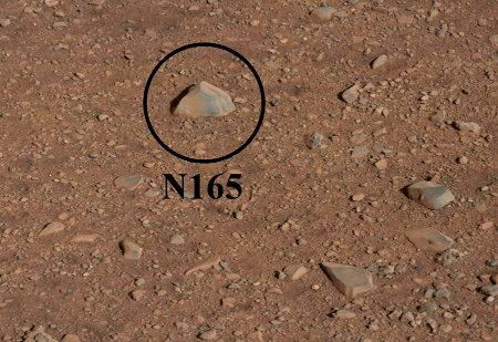 """Vue détaillée du rocher provisoirement nommé N165 et qui va servir de première cible à la caméra """"chimique"""" Chemcam"""