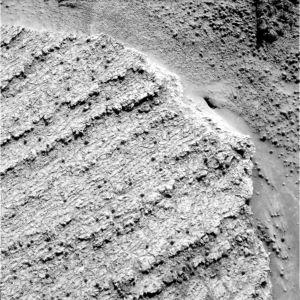 Dalles recouvertes de sphérules au bord du cratère Endurance
