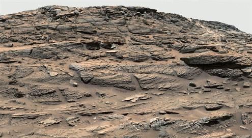 Exemple de stratifications obliques photographiées par Curiosity dont la disposition rappelle beaucoup les stratifications éoliennes, couches de sable déposés par les vents dans les déserts, les dunes des environnements littoraux…