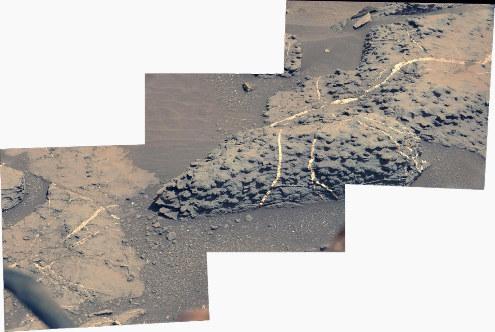 Réseau de filons de gypse (CaSO4, 2 H2O) recoupant des roches martiennes
