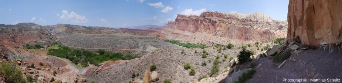 Panorama d'ensemble du site de l'oasis de Fruita, dont on distingue la ripisylve au centre de l'image, Parc national de Capitol Reef (Utah)
